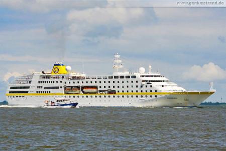 Wilhelmshaven: Passagierschiff MS Hamburg und Wasserschutzpolizei W 5
