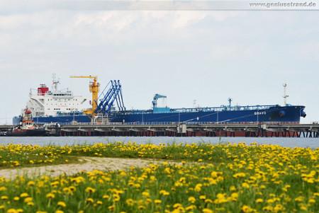 Der Tanker Bravo löscht 83.715 t Erdöl an der NWO-Löschbrücke