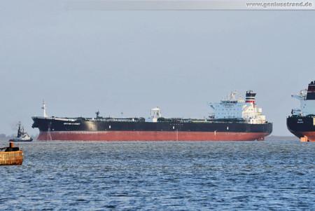 Wilhelmshaven: Der Tanker British Cygnet im Jadefahrwasser