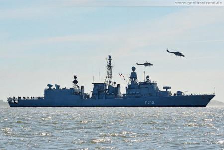 Die Fregatte Emden (F 210) und zwei Sea Lynx Huschrauber