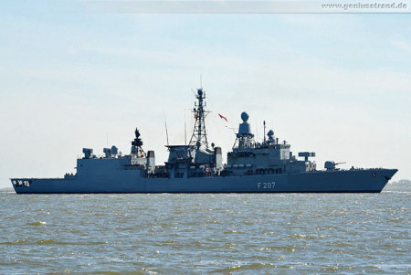 Die Fregatte Bremen (F 207) im Jadefahrwasser