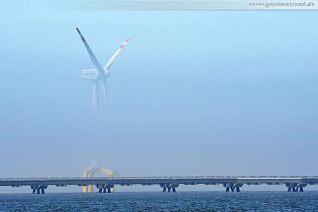 Offshore Windkraftanlage in Hooksiel verschwindet im Seenebel