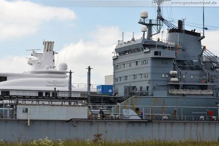 Wilhelmshaven: Luxusyacht Radiant wurde ausgedockt