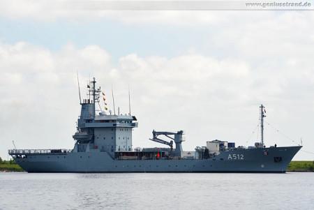 Wilhelmshaven: Tender Mosel (A 512) der Marine im Nordhafen
