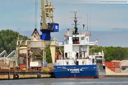 Das Frachtschiff Yvonne K löscht 3.600 t Salz am Lüneburgkai