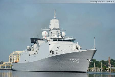 Wilhelmshaven: Fregatte HNLMS De Zeven Provinciën (F 802) im Großen Hafen