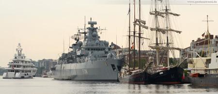 Wilhelmshaven: Die Luxusyacht Utopia am Wochenende an der Jade 2013 macht für 24 Stunden am Bontekai fest