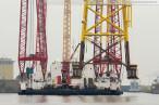 Wilhelmshaven: Offshore-Fundament vom Schwimmkran Rambiz angehievt