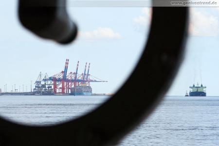 Wilhelmshaven: Blick durch die Schleuderscheibe zum JadeWeserPort