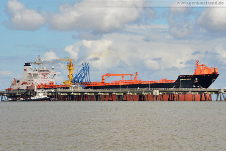 Tanker Navion Oslo am Anleger Nr. 2 der NWO-Löschbrücke