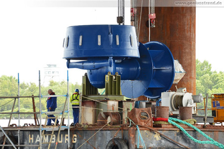 Jack-up Barge Thor: Montage der Thruster am Hannoverkai