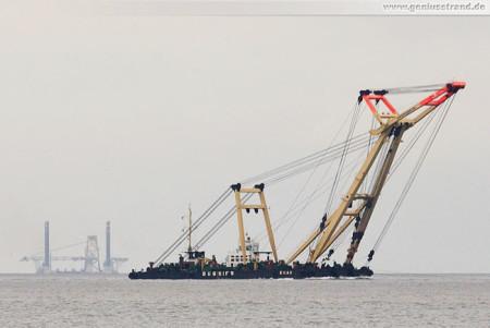 Wilhelmshaven: Schwimmkran Enak auf dem Weg zum Hannoverkai
