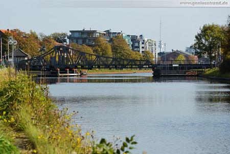 Wilhelmshaven: Blick auf die Deichbrücke am Ems-Jade-Kanal