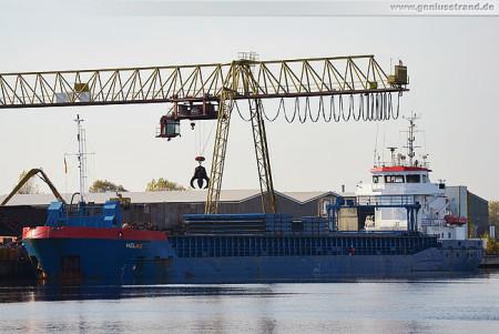 Handelshafen Wilhelmshaven: Frachtschiff Helas am Jade-Stahl Kai