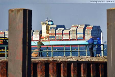 JadeWeserPort: Die Clifford Maersk (347 m) nach dem ablegen