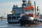 Wilhelmshaven: Fregatte Lübeck F 214 beim Schleife fahren im Großen Hafen