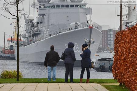 Wilhelmshaven Großer Hafen: Fregatte HNLMS Van Speijk (F828) fährt Schleife