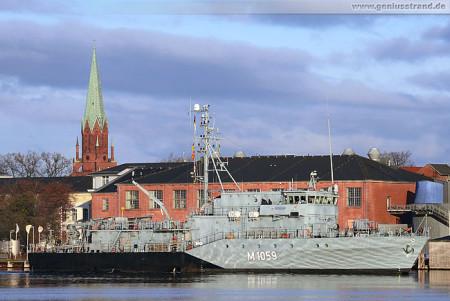Wilhelmshaven: Minenjagdboot Weilheim (M 1059) beim Schleife fahren