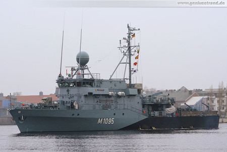 Wilhelmshaven: Minenjagdboot Überherrn (M 1095) beim Schleife fahren