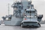 Wilhelmshaven: Tender Rhein (A 513) beim Schleife fahren im Großen Hafen