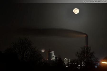 Wilhelmshaven: Nachtaufnahme vom GDF Suez Kohlekraftwerk bei Vollmond