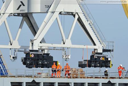 Wilhelmshaven Hannoverkai: Doppellenkerkrane (Tukan 1500) werden verladen