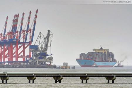JadeWeserPort/CTW: Containerschiff Chastine Maersk beim Anlegemanöver