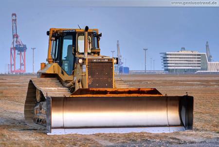 JadeWeserPort Logistikzone: Planierraupe Caterpillar D6M LGP