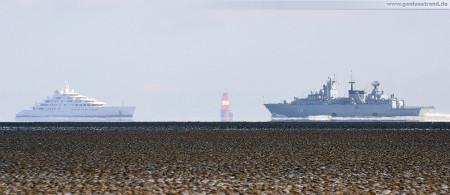 Größenvergleich: Weltgrößte Luxusyacht Azzam (L 181 m) und die Fregatte Bayern (139 m) LACH :)