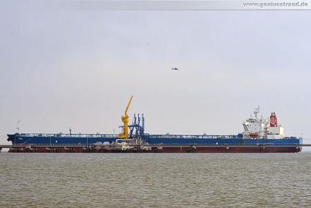 Crude Oil Tanker True an der NWO-Löschbrücke in Wilhelmshaven