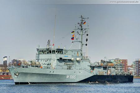 Wilhelmshaven: Minenjagdboot Dillingen (M 1065) beim Schleife fahren
