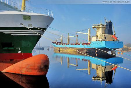 Wilhelmshaven Maritime Impressionen: Spiegelung im Ausrüstungshafen