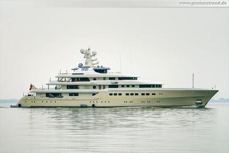 Wilhelmshaven Schiffsbilder: Luxusyacht My Kibo kommt von einer Probefahrt