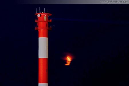 Wilhelmshaven: Blutroter Mond und der Leuchtturm Oberfeuer Voslapp