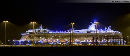 Mein Schiff 3 (TUI Cruises) bei Nacht am JadeWeserPort in Wilhelmshaven (Eurogate Container Terminal Wilhelmshaven)