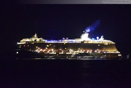 Wilhelmshaven: Mein Schiff 3 (TUI Cruises) bei Nacht am JadeWeserPort