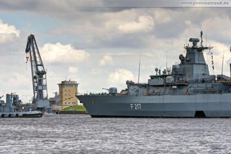 Wilhelmshaven Seeschleuse: Fregatte Bayern (F 217) beim einschleusen