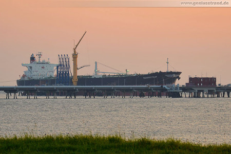 Wilhelmshaven: Tanker Seanostrum an NWO-Löschkopf Nr. 4