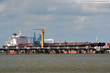 WILHELMSHAVEN: Crude Oil Tanker DONAT am NWO-Löschkopf 4