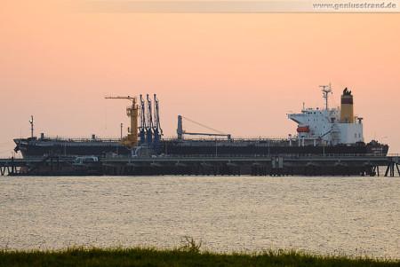 Wilhelmshaven Ölhafen: Tanker Mare Atlantic an Löschkopf Nr. 2