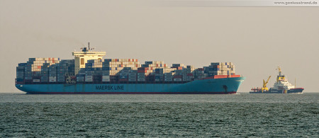 Container Terminal Wilhelmshaven (CTW): Containerschiff SUSAN MAERSK und Küstenwache MELLUM im Größenvergleich