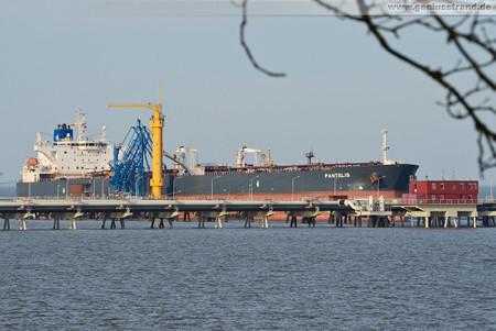 Wilhelmshaven: Tanker PANTELIS an der NWO-Löschbrücke
