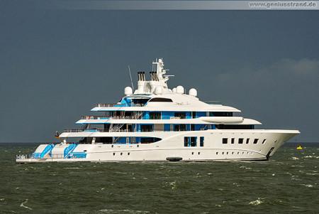 Wilhelmshaven: Luxusyacht QUANTUM BLUE bei Testfahrt auf der Jade