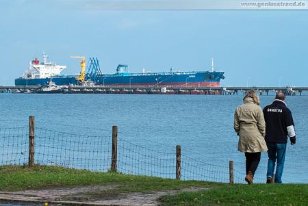 Wilhelmshaven Ölhafen: Tanker SPIKE an der NWO-Löschbrücke