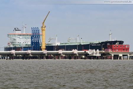Wilhelmshaven: Tanker MINERVA ALICE an der NWO-Löschbrücke