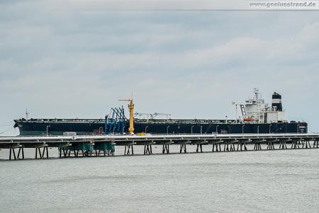 WILHELMSHAVEN: Supertanker EVGENIA I an der NWO-Löschbrücke