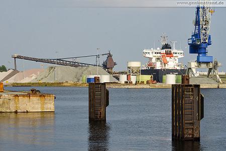 Wilhelmshaven: Selbstentlöscher CSL THAMES löscht Steine bei Rhenus Midgard