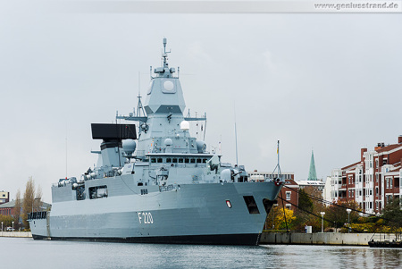 Wilhelmshaven: Fregatte Hamburg (F 220) liegt am Bontekai