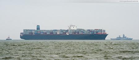 Wilhelmshaven: Containerschiff MAERSK EFFINGHAM (L 366 m) und die Korvette ERFURT (89 m) davor