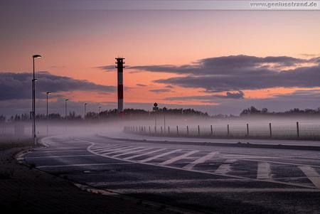Wilhelmshaven: Sonnenuntergang mit Bodennebel am JadeWeserPort